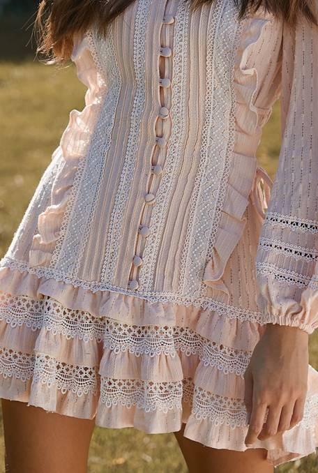 Alma - Sukienka o długości mini w odcieniu brzoskwiniowym ze stójką